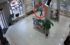 Tupeu de hoţ: a furat un telefon chiar din vitrina unui magazin