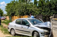 ACCIDENT! Adolescentă rănită, după ce mașina în care se afla a intrat în gardul unei case!