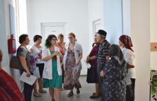 """Zeci de săteni din Cristeşti, consultaţi la """"Caravana cu Medici"""" - FOTO"""