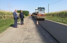 Au început asfaltările pe drumul județean DJ 293 Dumeni – Havârna - FOTO