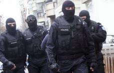 Percheziţii ale poliţiştilor specializaţi în combaterea criminalităţii organizate