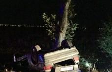 Accident pe drumul Dorohoi - Darabani! O mașină s-a izbit într-un copac și s-a răsturnat