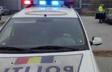Tânăr din Bucecea fără permis de conducere, reținut după ce a condus o mașină cu numere false și a lovit mai multe indicatoare rutiere