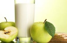 Elevii din județul Botoșani vor primi în acest an școlar biscuiți, mere, corn și lapte