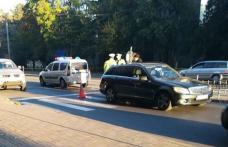 Elevă lovită de o mașină în timp ce traversa strada privind în telefonul mobil