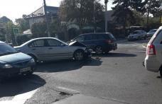 Mașini avariate, semafor distrus și o intersecție blocată în urma unui accident produs din neatenție - FOTO