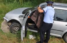 Trei bărbați găsiți într-o mașină proptită într-un șanț. Cel aflat la volan nu avea permis și era în stare de ebrietate!
