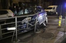 Un șofer cu o alcoolemie amețitoare a pierdut controlul volanului și a intrat cu mașina în scuarul unei stații de tramvai