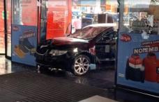 ȘOCANT! Bărbat înjunghiat și alți nouă oameni răniți după ce o mașină a intrat în plin în ei la un mall din Brăila