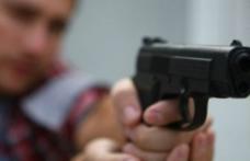 Șoc și groază: Un tânăr din Botoșani și-a scos arma și a amenințat doi bărbați, unul aruncase gunoi pe jos