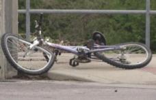 Un biciclist în stare de ebrietate a ajuns la spital după ce s-a izbit violent de o mașină condusă regulamentar