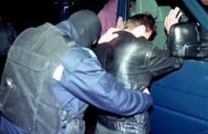 Tânăr scandalagiu imobilizat și încătușat de jandarmii din Botoșani