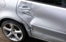 Șofer reclamat că a lovit două mașini parcate și a părăsit locul faptei
