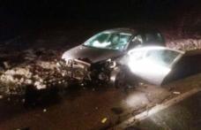 Un tânăr și-a distrus mașina după ce s-a urcat băut la volan și s-a izbit într-un cap de pod