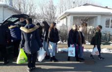 """Un grup de elevi și profesori de la Colegiul Naţional """"A.T. Laurian"""" au venit în ajutorul unei familii nevoiașe din Dorohoi - FOTO"""