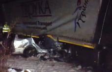 Accident cumplit în Suceava. Cinci tineri au murit pe loc, după ce mașina lor a intrat sub un TIR