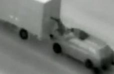 Vestul sălbatic s-a mutat pe şoselele din România. Bărbați prinși în timp ce furau din tiruri aflate în mișcare – VIDEO