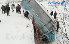 Accident ce se putea termina tragic! Un microbuz s-a răsturnat la Brăești - FOTO
