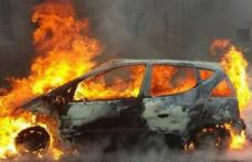 Mașină cuprinsă de flăcări în curtea unei locuințe din Lozna