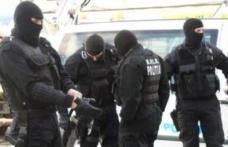 """În loc de urători au venit """"mascații"""". Ţigări de contrabandă și alcool de casă, confiscate de poliţişti"""