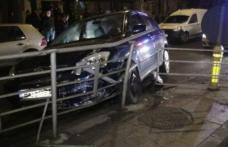 Accident provocat de un șofer băut care a intrat cu mașina în scuarul unei staţii de tramvai