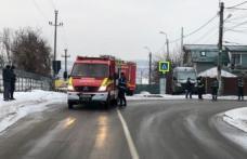 Accident grav cu pericol de explozie! Un șofer a intrat cu mașina într-o țeavă de gaz