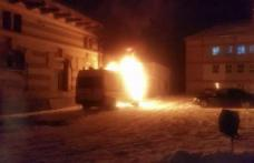 Ambulanţă în flăcări la Botoşani. Maşina s-a făcut scrum la puțin timp după ce s-a întors din misiune