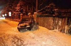 Un șofer de 23 de ani a spulberat un indicator rutier şi s-a oprit în gardul unei case. Aparatul etilotest a indicat cauza...