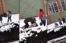 Anchetă după ce o elevă a unui liceu din Dorohoi a fost bătută în plină stradă de alte două fete