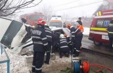 Depășire fatală: Un bărbat a murit și unul este grav rănit după ce un autoturism s-a ciocnit cu un microbuz