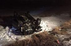 Doi tineri au ajuns la spital după ce s-au răsturnat cu mașina