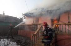 Casă distrusă de flăcări! Pompierii au intervenit pentru stingere - FOTO
