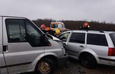 Accident! Două persoane au ajuns la spital după un impact între două mașini - FOTO