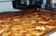 Cartofi în tavă cu unt, sare, piper, cimbru și usturoi
