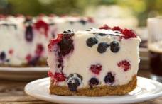 Prăjitură rapidă cu iaurt și fructe de pădure
