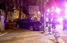 Accident! Un tânăr a pierdut controlul volanului, a urcat pe trotuar după care s-a izbit violent într-un stâlp