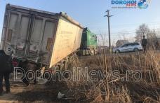 Circulație blocată în Dorohoi de un camion rămas împotmolit într-un șanț - VIDEO / FOTO