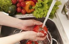 Metoda simplă prin care putem scăpa de pesticidele din fructe şi legume