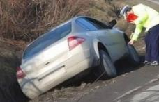 Șofer rupt de beat găsit de polițiști cu mașina în șanț