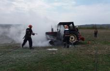 Un tractor a ars ca o torță pe un câmp din comuna Rădăuţi-Prut – FOTO