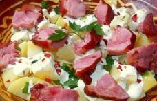 Ciolan afumat cu cartofi natur și sos de hrean