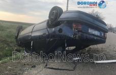 Accident la Saucenița! O mașină a izbit un mal de pământ și s-a răsturnat - FOTO