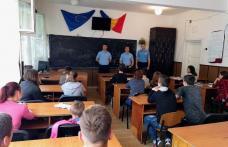 """Jandarmii au discutat cu elevii din școlile botoșănene pentru o """"Vacanță în siguranță"""""""