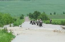 Trei persoane salvate dintr-o mașină surprinsă de ape în județul Botoșani