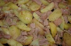 Cartofi noi cu șuncă la cuptor