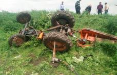 Tractor răsturnat la Viișoara! Șoferul a fost scos de pompieri și preluat de SMURD - FOTO