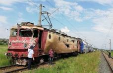 Un tren cu circa 60 de călători a deraiat după ce a lovit un camion - FOTO