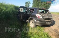 Accident! O mașină a acroșat un utilaj agricol și s-a izbit de un mal de pământ la intrare în Șendriceni - FOTO