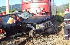 Accident feroviar! Mașina unui om de afaceri din Dorohoi lovită violent de un tren în județul Suceava