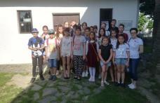 """Elevi de la Școala Gimnazială """"Alexandru Ioan Cuza"""" Dorohoi în excursie pe meleagurile copilăriei lui Eminescu - FOTO"""